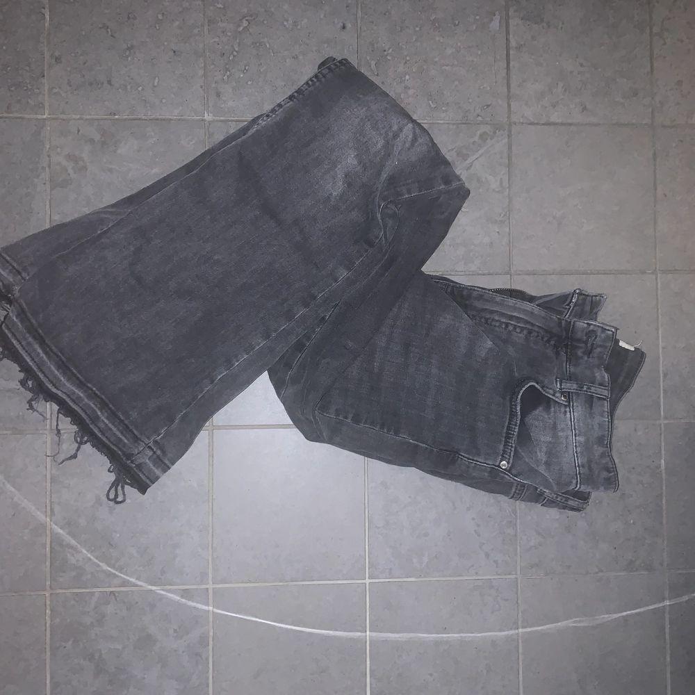 Skiiitsnygga bootcut jeans med ruffig kant längst ned i en perfekt grå färg från Gina Tricot. Strl är M men skulle säga att den är mer åt S hållet. Superstretchigt tyg. Pris exkl frakt. Jeans & Byxor.