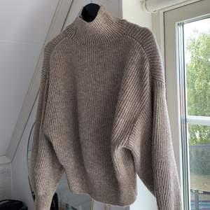 Jättefin stickad tröja från hm i storlek xs. Beige bruk färg. Säljer då den bara ligger i garderoben och inte kommer till användning. Kommer inte ihåg vad jag köpte dne för men skulle tippa på runt 300-350kr. Köpare står för frakt.