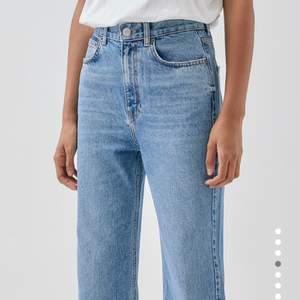 Intressekoll på ett par coola jeans från pullandbear som är raka. Dem är helt nya och har inga hål/fläckar, prislappen är kvar! Skriv i chatten om ni är intresserade. Pris kan diskuteras💕