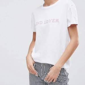Vit t-shirt i storlek S från 2nd day med 3D-tryck. Använd en gång så mycket bra skick! Orginalpris 800kr