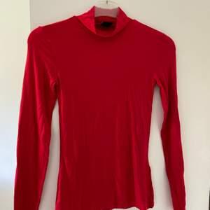 Skitsnygg röd tröja! Sitter snyggt på kroppen. Användes på jul förra året. Storlek XS men passar också S✨✨