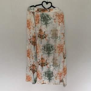 Snygg kjol knäpps med knappar omlott kring midjan. Varit en stor favorit med tyvärr blivit för stor
