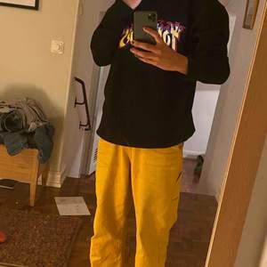 Säljer denna oversized mysiga sweatshirt från Never Denim! Liknar en trasher hoodie. Använd ytterst liten så att den är i god skick!💓