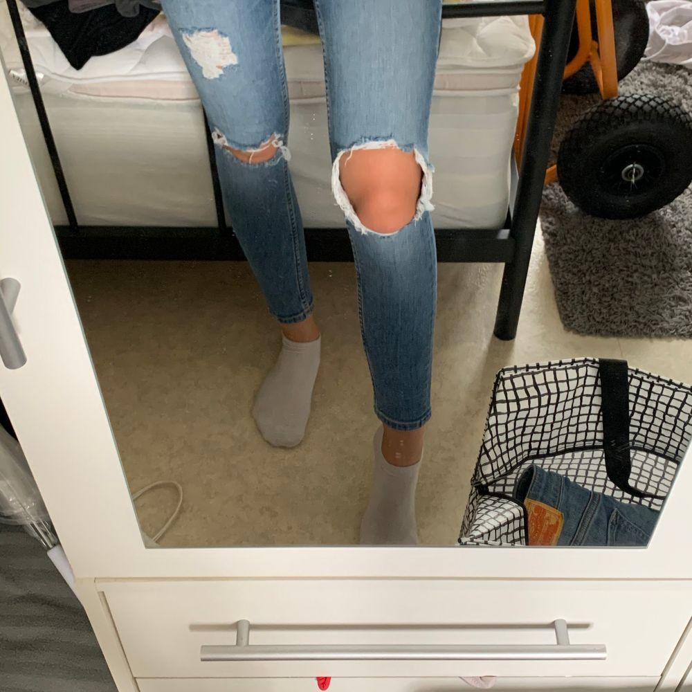 sååå fina jeans, man ser så brun och fin ut i dom🤩 men tyvärr lite för korta för mig❤️. Jeans & Byxor.