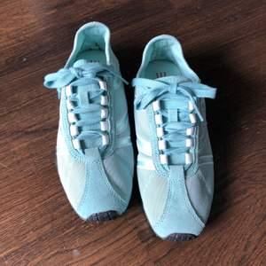 Turkosa sneakers från Esprit strl 39. Liten fläck på vänster snöre men går att tvätta bort.