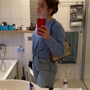 Skitfin ljusblå tröja från monki som tyvärr inte längre kommer till användning🥺🥺 strl S men skulle kunna passa xs-m