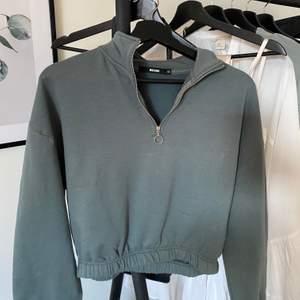 Super snygg grön tröja från bikbok med dragkedja på framsidan. I storlek XS men passar även S. Säljer för 140kr, frakt tillkommer