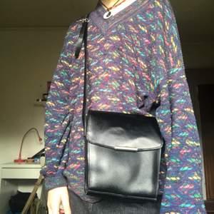 Fin sido väska som är köpt på loppis! Är reglerbart band så antingen kan man ha den kortare eller längre! Köparen står för frakt eller möts jag upp på söder 🥰