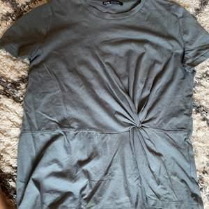 En oanvänd mörkgrön T-shirt från zara med en liten knytning (inkl frakt)