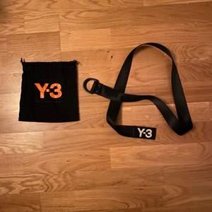 Nästan oanvänt Y3 bälte köpt på endclothing.com för 1000kr. För litet på mig som har ca 30-32 i waist. Buda gärna!