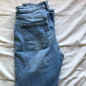 Mom jeans från hm                                                     superfina men kommer ej till användning då jag har liknande                                                                    storlek 38 men funkar bra på 36 oxå                                150kr, frakt tillkommer                                               kontakta mig för fler bilder eller frågor ❤