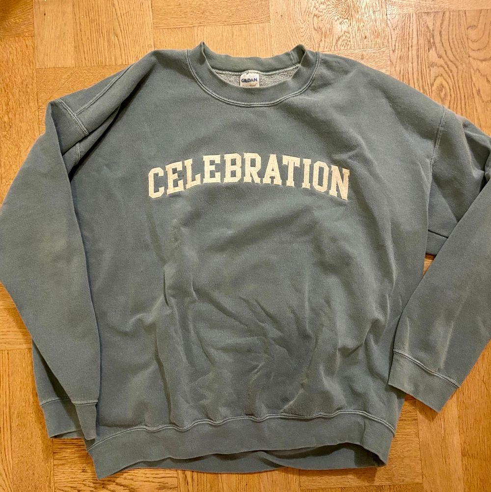 """Säljer min grågröna oversized vintage sweatshirt med """"celebration"""" tryckt på. Känns typ 80-90tal i passformen (dvs loose fit). Strl M-L herr eller XL dam :) 300 eller bud! . Tröjor & Koftor."""