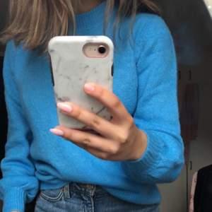 Långärmad stickad tröja, ganska tunn i stark ljusblå färg. Säljer för att den inte längre kommer till användning, köpare står för frakt !😊