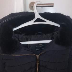 Säljer nu min fina Zara jacka i st Xs! Väldigt bra skick och är aldrig använd (helt som ny), Finns ej kvar i butik eller hemsida