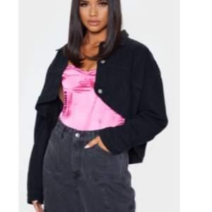 Supersnygg på croppad ripped jeans jacka från PrettyLittleThing!😍 superskick då den knappt är använd, den är ripped på baksidan