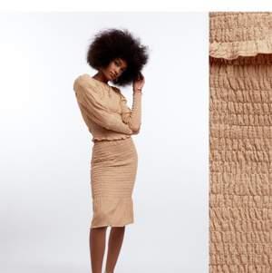 Skön slutsåld kjol från ginatricot. Säljer för att jag testade den inte i butik så insåg inte att det inte var min stil men den är lätt att matcha på olika sätt. Aldrig använt, endast testad. Köpt för 399kr säljes för 100kr. (Färgen är som den sista bilden) men det är samma modell