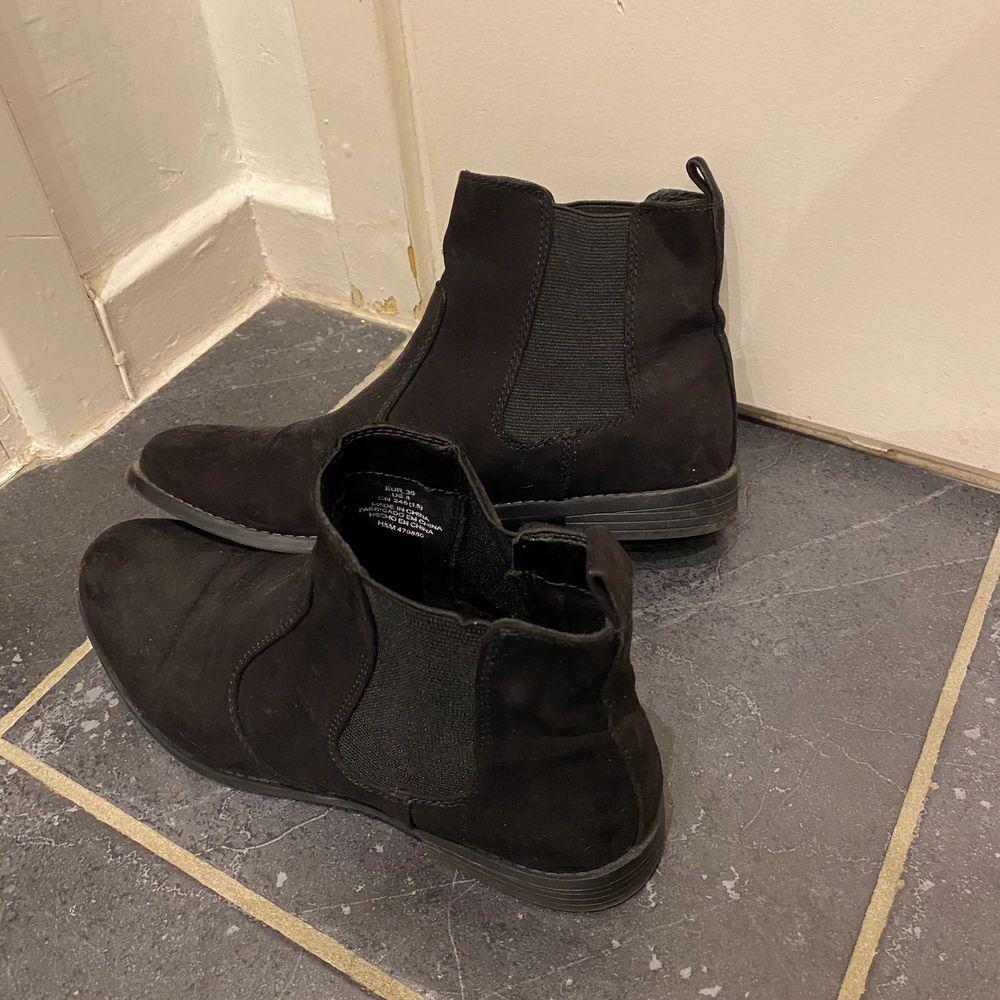 Säljer mina boots från hm i nyskick, storlek 39. 50:- + frakt . Skor.