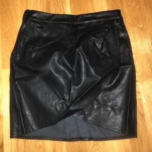 Läder kjol köpt ifrån boohoo. Aldrig använd. Storlek 36.