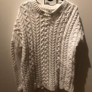 Vit finstickad tröja ifrån lager 157. Storlek S. Lite större i storleken vilket gör att den blir väldigt mysig och inte tajt.
