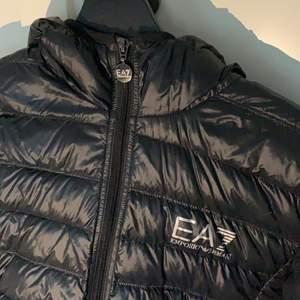 Ea7 jacka sälj billigt på grund av små hål i höger arm. Fin jacka som är i bra skick. Storlek S