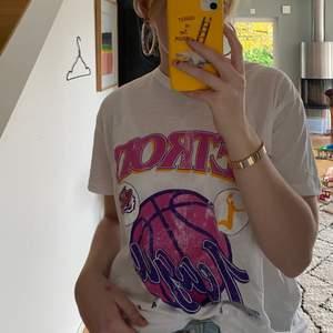 Snygg vintage T-shirt i storlek M. Passar perfekt till snygga jeans eller kjol. Instoppad som ute. Aldrig andvönd , lappen kvar✨