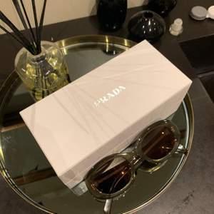 Ett par Celine solglasögon. Aldrig använda, säljer pga fick i present men kommer inte till användning. Fick de i en Prada box från affären när solglasögonen köptes.  Köparen stor för frakt 63kr. NYPRIS 3500kr💕💕 BUDA!!!!💖💖🥂 kan gå ner i pris vid snabb affär.