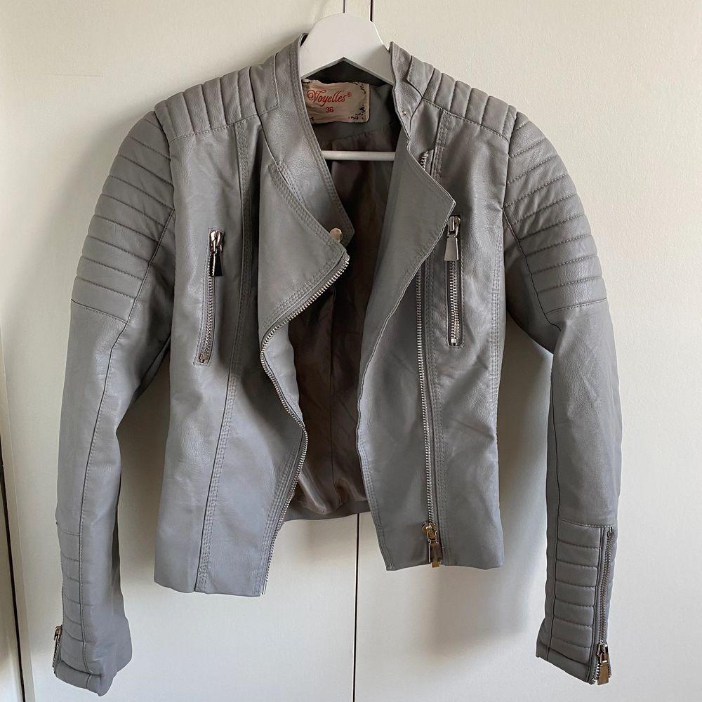 Moto jacket, i färgen grey! Säljer pga att den inte kommer till användning, nyskick! (Ordinarie pris 699)- pris kan diskuteras!. Jackor.