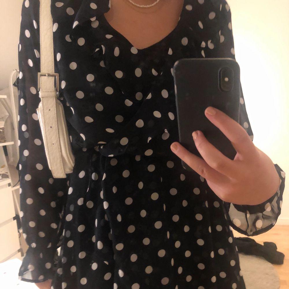 En marinblå prickig klänning ifrån hm i storlek s. Klänningar.