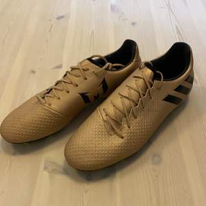 Guldiga fotbollsskor från adidas samarbete med Messi , aldrig använda