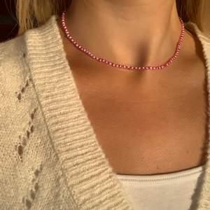 Rosa pärlhalsband med små pärlor 💗💞🤩🤯⚡️⭐️💫 halsbandet försluts med lås och tråden är elastisk