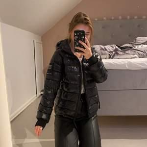 Säljer denna snygga och varma jacka från Peak Performance. I storlek 160 barn men passar XS perfekt. Jag är 164 och den sitter perfekt. Kan mötas upp i Stockholm eller frakta 100kr💕 Nypris 1800, buda från 700kr.
