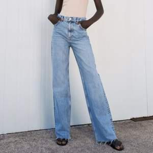 Säljer de här helt oanvända zara jeansen för att jag inte hann lämna tillbaka de. Lappen kvar! Pris går att diskuteras
