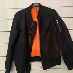 Säljer min svarta bomberjacka med oranget foder från flam mode är i använt men fint skick! Kan skicka fler bilder vid intresse🥰