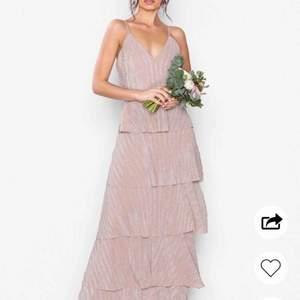 Jättefin klänning från u collection perfekt till bal!Väldigt true to size då jag alltid har 36 & denna passar perfekt! Slutar perfekt och täcker fötterna precis (är 173 cm) Säljer pga hittade en annan balklänning som jag gillade mer. Pris kan diskuteras