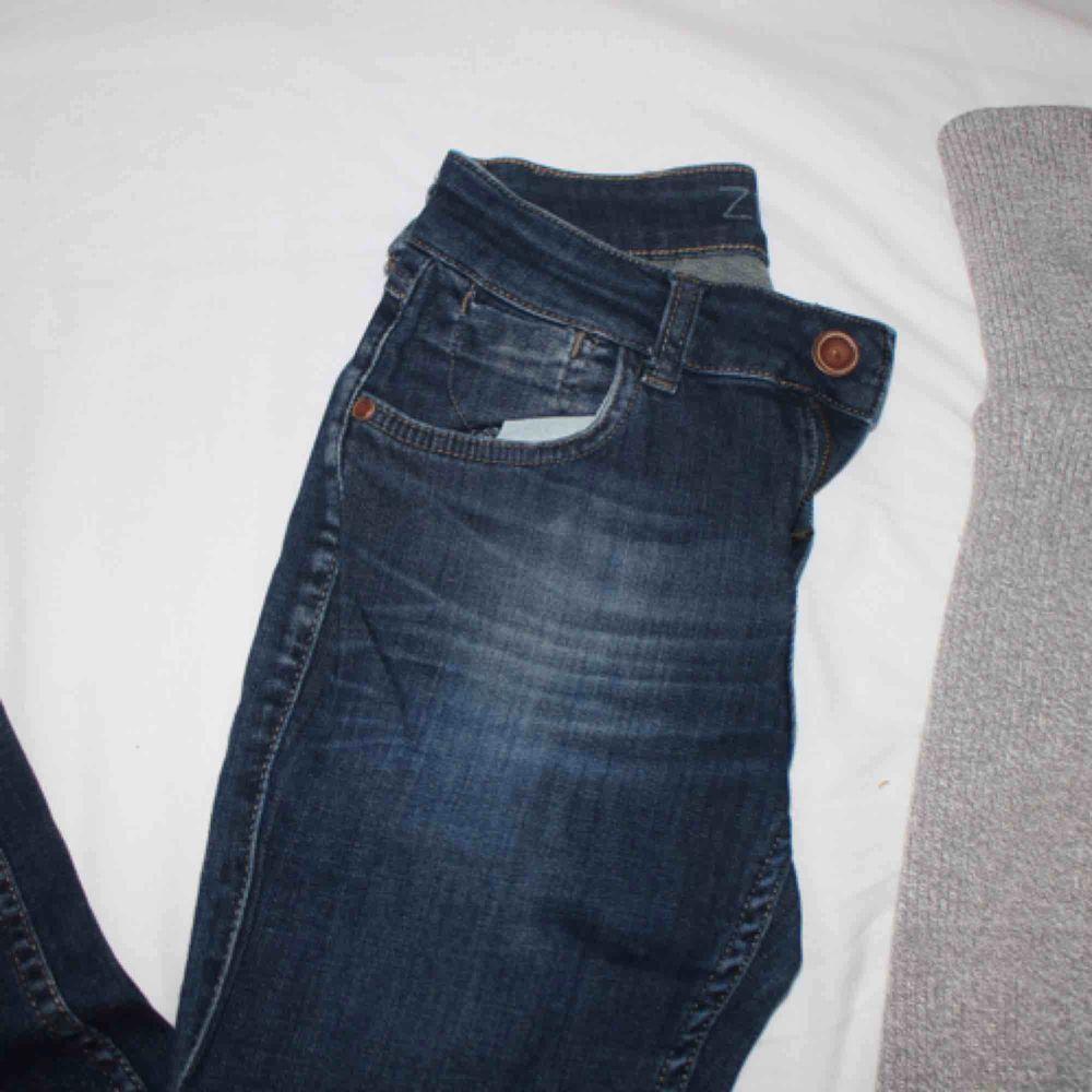 Favoritjeans, knappt använda! Supersnygga bak med bra formgivning! Passar bäst en normal S (27/32), mellan 1,65-1,70 längdmässigt! . Jeans & Byxor.