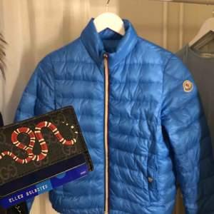 Snyggaste blåa färgen och perfekt vårjacka!!! Nypris 4800 i dubai