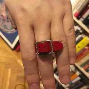 Väldigt sällsynt Maison Margiela ring i rött läder gjord i slutet av 90-talet. Storleken kan justeras, denna ring passar alla. Otrolig kvalité på denna och väldigt svår att få tag på. Inga byten.  Kontakta mig om ni vill ha fler bilder.