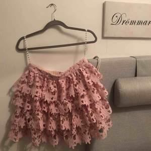 Helt oanvänd rosa kjol från Missguided, för dem som vågar ta princess fashion to the streets, för mig så ligger den bara i garderoben och tråkar😪 frakt ingår!💕