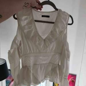 Oanvänd Vit cold shoulder blus från boohoo med en mesh korsett för en fin figur 💖 frakt ingår i priset