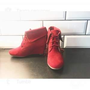 Romantiska röda skor från Frankrike!  Fantastiskt sköna och vackra.  Går att snöra åt tightare och släppa så det blir lösare. Haft de i strl 37-39 och passar lika bra oavsett 😊 möter upp i Sthlm och kan frakta mot kostnad. Pris diskuterbart!