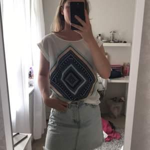 En unik och fin T-shirt från Cubus. Använd 2 gånger. Perfekt till sommaren eftersom den är i