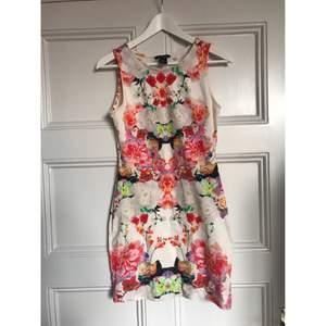 Jättefin blommig fodralklänning från H&M i bomull. Köparen står för frakten och betalning sker via swish.