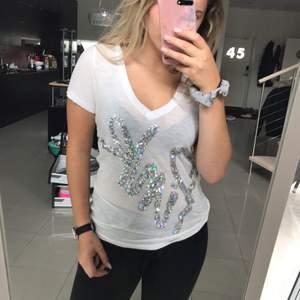 En tshirt från victoria's secrets sportmärke PINK. Riktigt fin men kommer tyvärr inte till användning för mig. Köparen står för fraktkostnaden.
