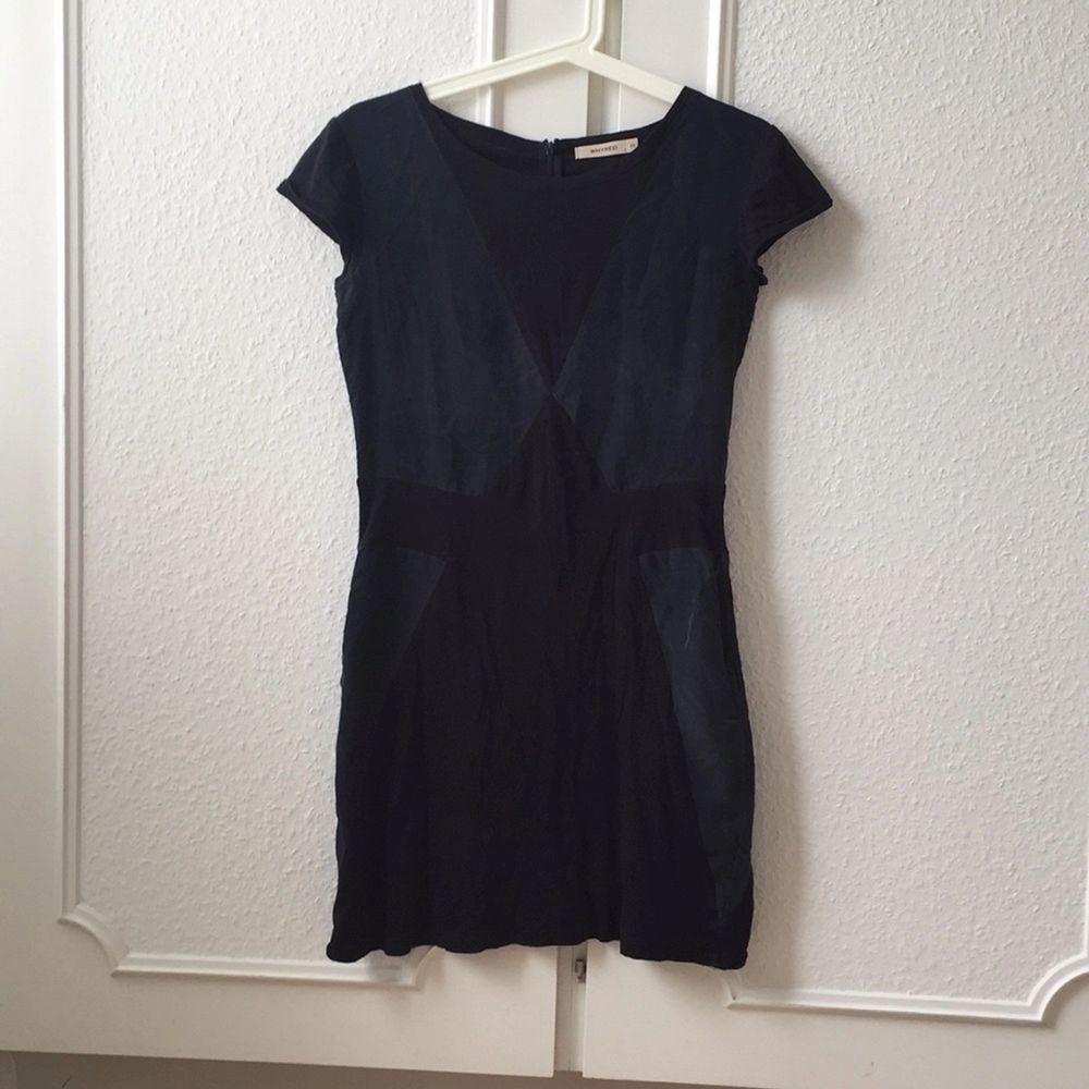 Perfekt Little black dress med en twist från Whyred. Blandat material i ett coolt mönster. Använd men fint skick!. Klänningar.