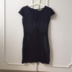 Perfekt Little black dress med en twist från Whyred. Blandat material i ett coolt mönster. Använd men fint skick!