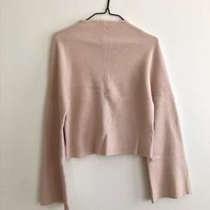 Säljer denna jätte gosiga tröja från bikbok. Pricken på tröjan är bara svett vatten!