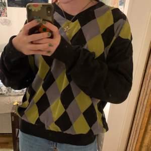 sweatshirt med rutigt mönster (argyle) I färgen svart, grå och grön!🥰 Från second hand, aldrig använd🥰