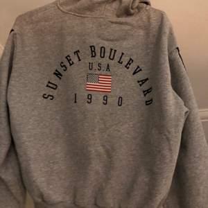 En hoodie som jag tror är från hm💕 säljer för att det inte är min stil💕 lite nopprig men annars i fint skick💕 den är i strl L men den passar strl XS-L💕 frakt ingår :)