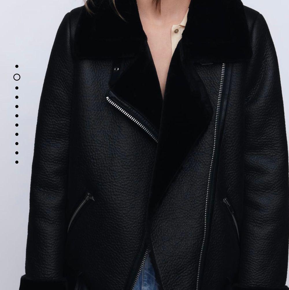 Helt oanvänd jacka från Zara, har en liten defekt bara som man kan se på bilden annars är den som ny. Supersnygg matchar till allt och varmt fodrad. Passar bra som höst, vår och tidig vinterjacka. Nypris kostar 1195kr . Jackor.