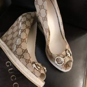 """Hej! Gucci platform skor i 39 1/2 storlek. Pris - 2000kr.  Original GG monogram med deras klassik guldton """"horsebit"""" detalj.  Har köpt från Gucci affären i Schweiz. Mycket bra skick"""